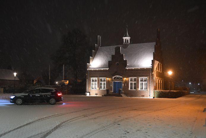 Sneeuw bij het Oude Raadhuisin Oeffelt.   Foto: Ed van Alem