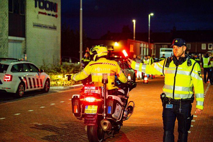 De politie tijdens de controle in Tilburg. Stock politie
