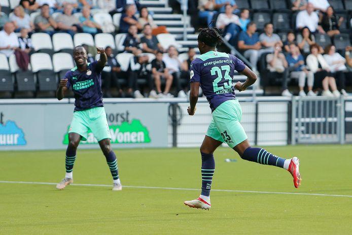 Jordan Teze en Noni Madueke vieren de 0-2.