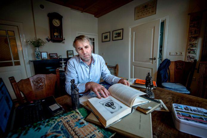 Rudie van Haren schafte oude boeken aan voor zijn naspeuringen over het Beleg van Grave.