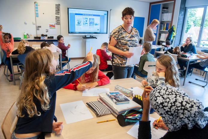Juf Mariëlle Smulders geeft Nederlandse les close reading aan leerlingen van groep 6, 7 en 8 van basisschool De Regenboog in Schijndel.