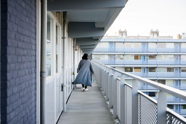 Fatima op weg naar haar woning. Beeld Bram Petraeus