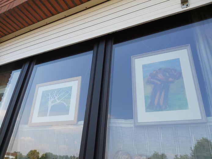 De kunstwerken van de Schelse artieste Els Janssens aan de ramen van haar woning.