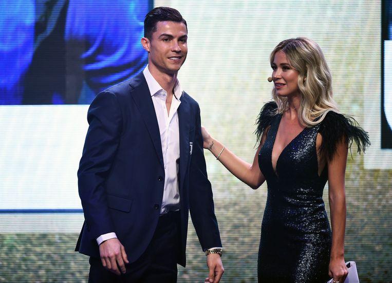 De Siciliaanse verslaggeefster Diletta Leotta met stervoetballer Cristiano Ronaldo op een voetbalgala. Beeld Photo News