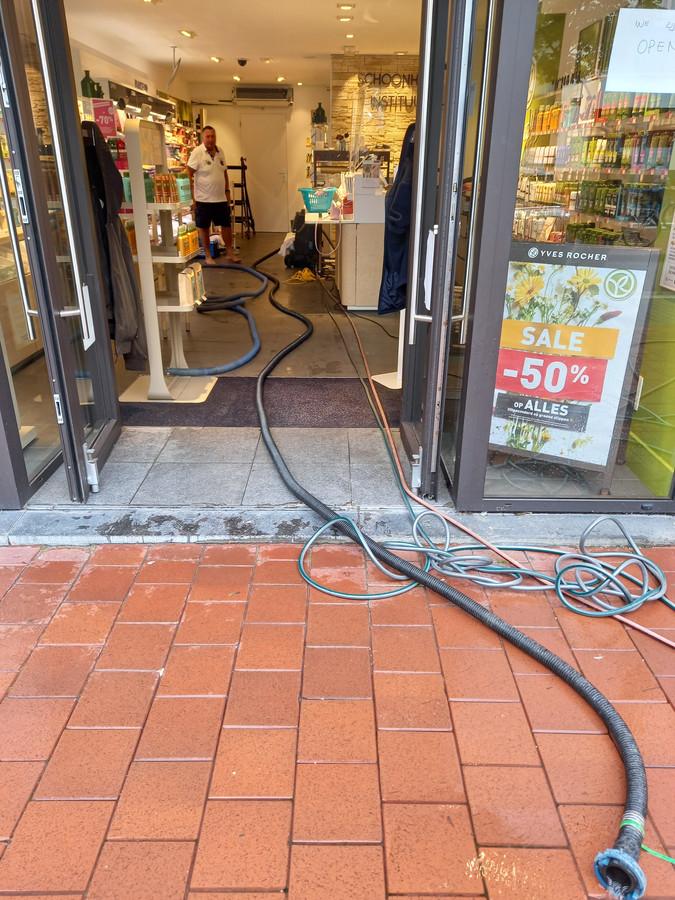 Cosmeticazaak Yves Rocher in de Lippenslaan probeert het overtollige water uit de winkel weg te krijgen. De schade lijkt er mee te vallen.