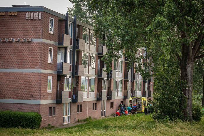 De flat in Arnhem, de peuter viel van het balkon op 3 hoog.