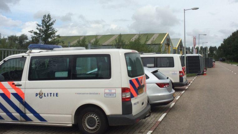 Politie bij het autobedrijf Beeld Paul Vugts
