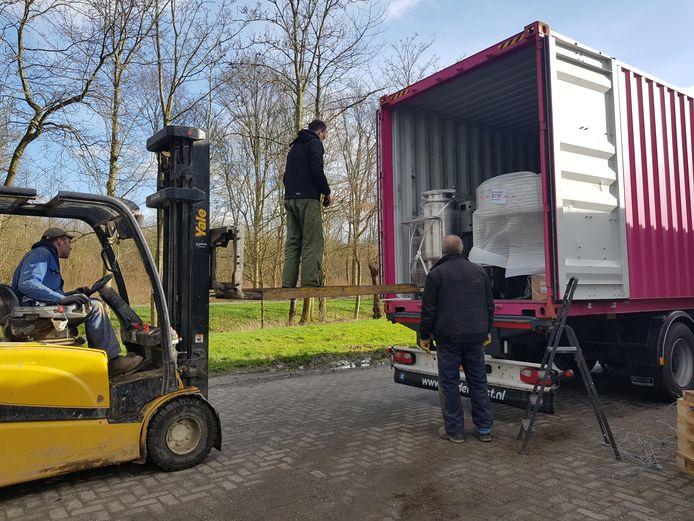 De nieuwe brouwketel uit China wordt uitgeladen bij Brouwerij Artemis in Dronten.