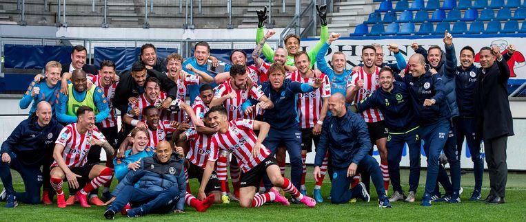 Spelers van Sparta Rotterdam vieren het behalen van de play-offs na de wedstrijd tegen sc Heerenveen. Beeld ANP