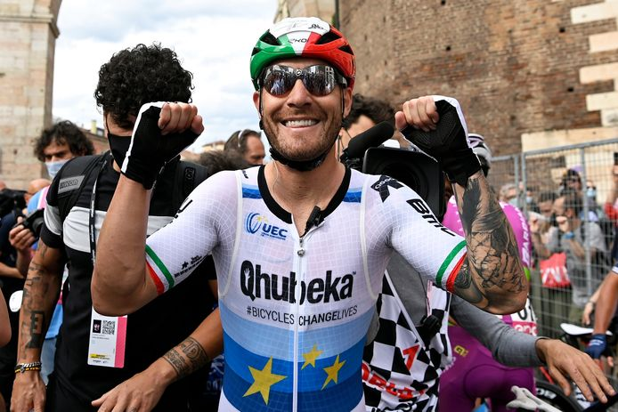 Giacomo Nizzolo viert vlak na de finish zijn overwinning.