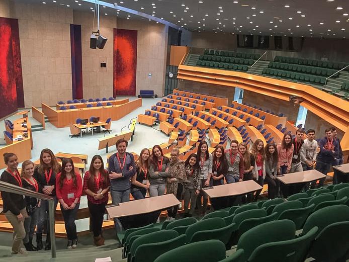 Leerlingen van een middelbare school tijdens een bezoekje aan de plenaire zaal van de Tweede Kamer in Den Haag.