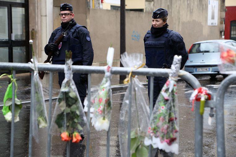Bloemen voor de slachtoffers van de aanslag op Charlie Hebdo in Parijs. Beeld getty