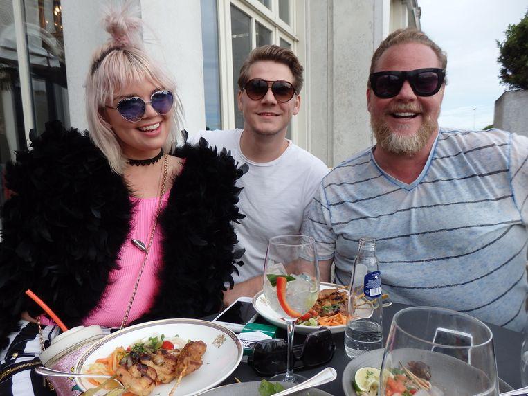 Amanda van Effrink (#glitziegal), Giedse Kootstra (Gheorghe) en stylist Bastiaan van Schaik (vlnr), 'de nieuwe vriendin van Hans.' Beeld Schuim