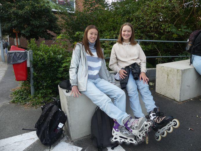 Kiara Luong en Ruth Dedecker kwamen met hun skeelers naar school.