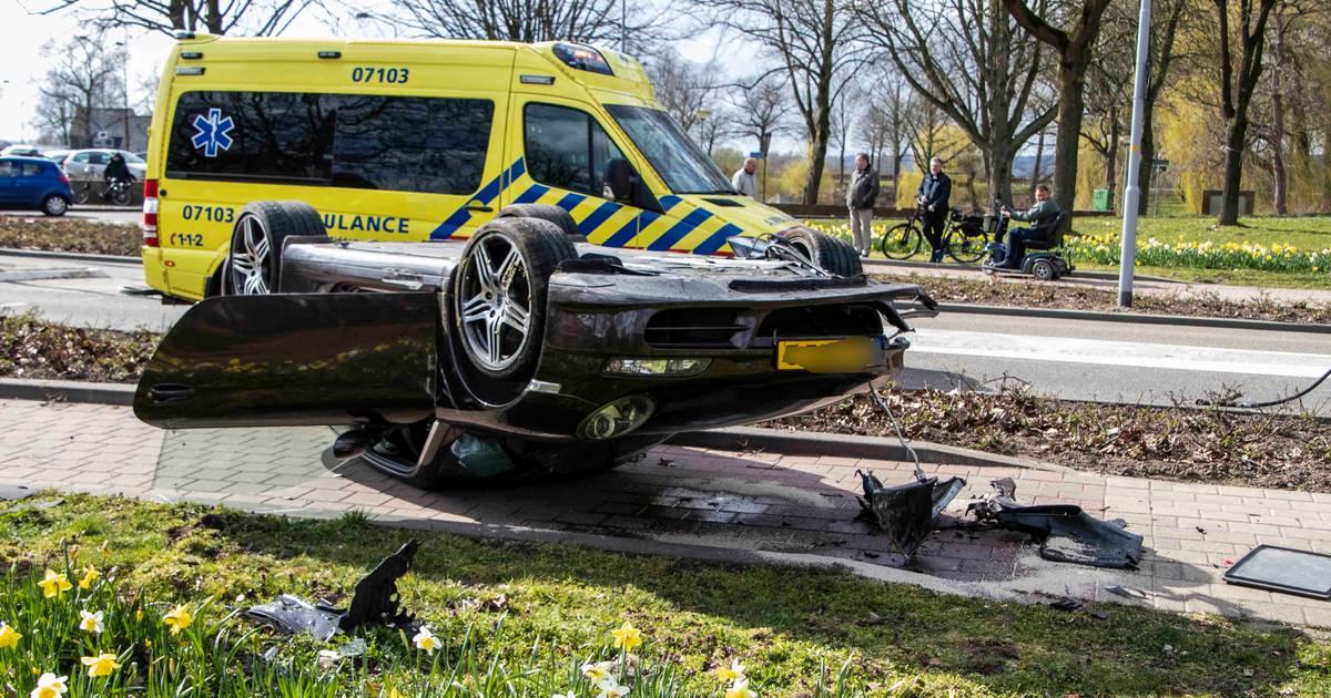 Porsche crasht in Doesburg, mogelijk tweede voertuig bij ongeluk betrokken.
