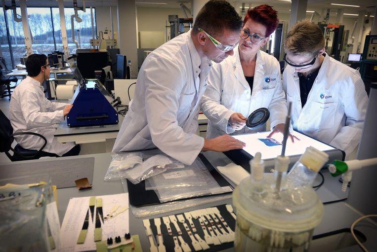 In het nieuwe materialencentrum in Sittard-Geleen ontwikkelt DSM duurzame materialen die bijvoorbeeld staal in auto's kunnen vervangen. Beeld Marcel van den Bergh