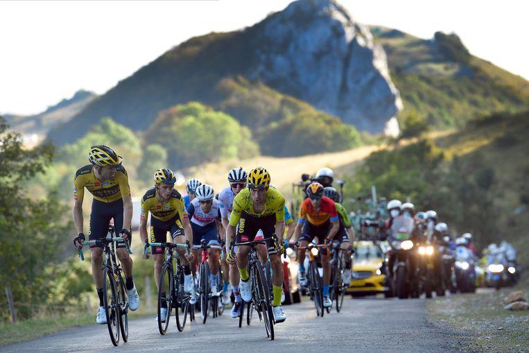 Dumoulin (links) en Roglic in actie op de Col du Grand Colombier tijdens de Tour de France, 2020. Beeld Photo News