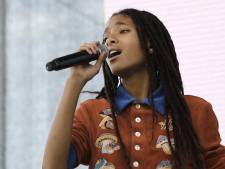 Willow Smith scheert hoofd kaal tijdens optreden