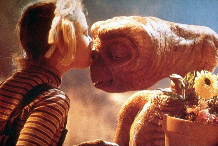 Drew Berrymore kust E.T. in de gelijknamige film © Kippa Beeld