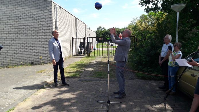 Wethouder Harrie Dijkhuizen (rechts) speelt architect Derk-Jan Huisman symbolisch de bal toe.