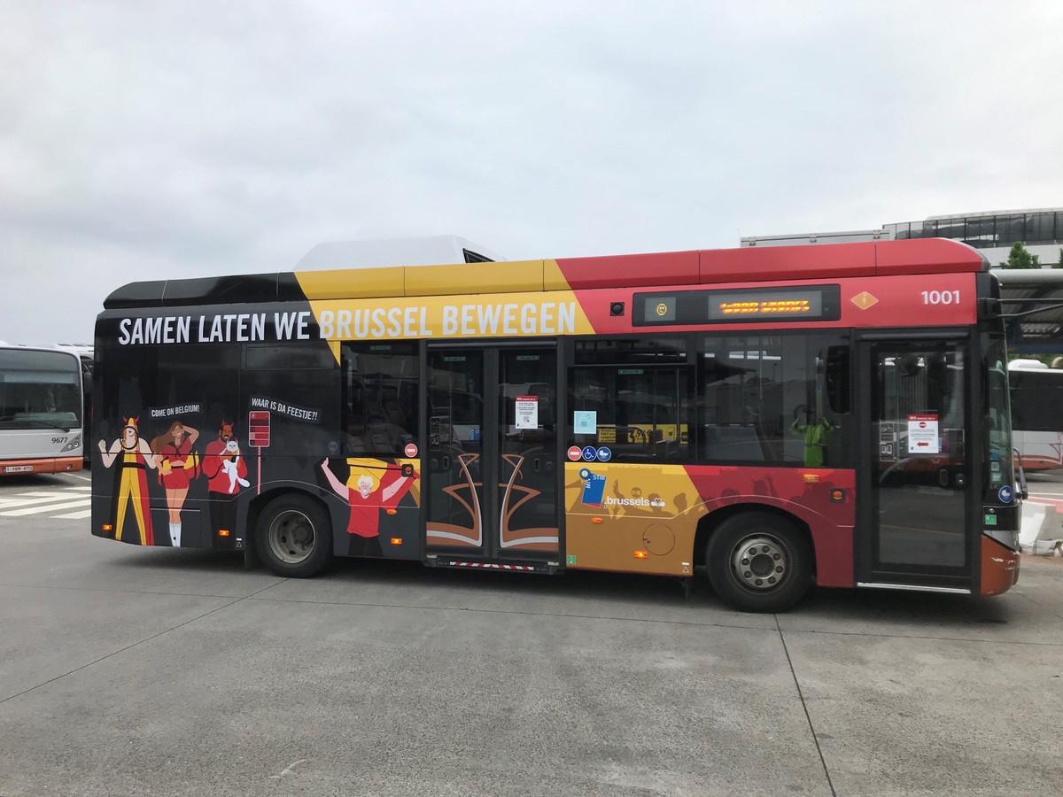De MIVB dost twee bussen uit in de Belgische tricolore en toont de scores van de wedstrijden van de Rode Duivels op haar net.