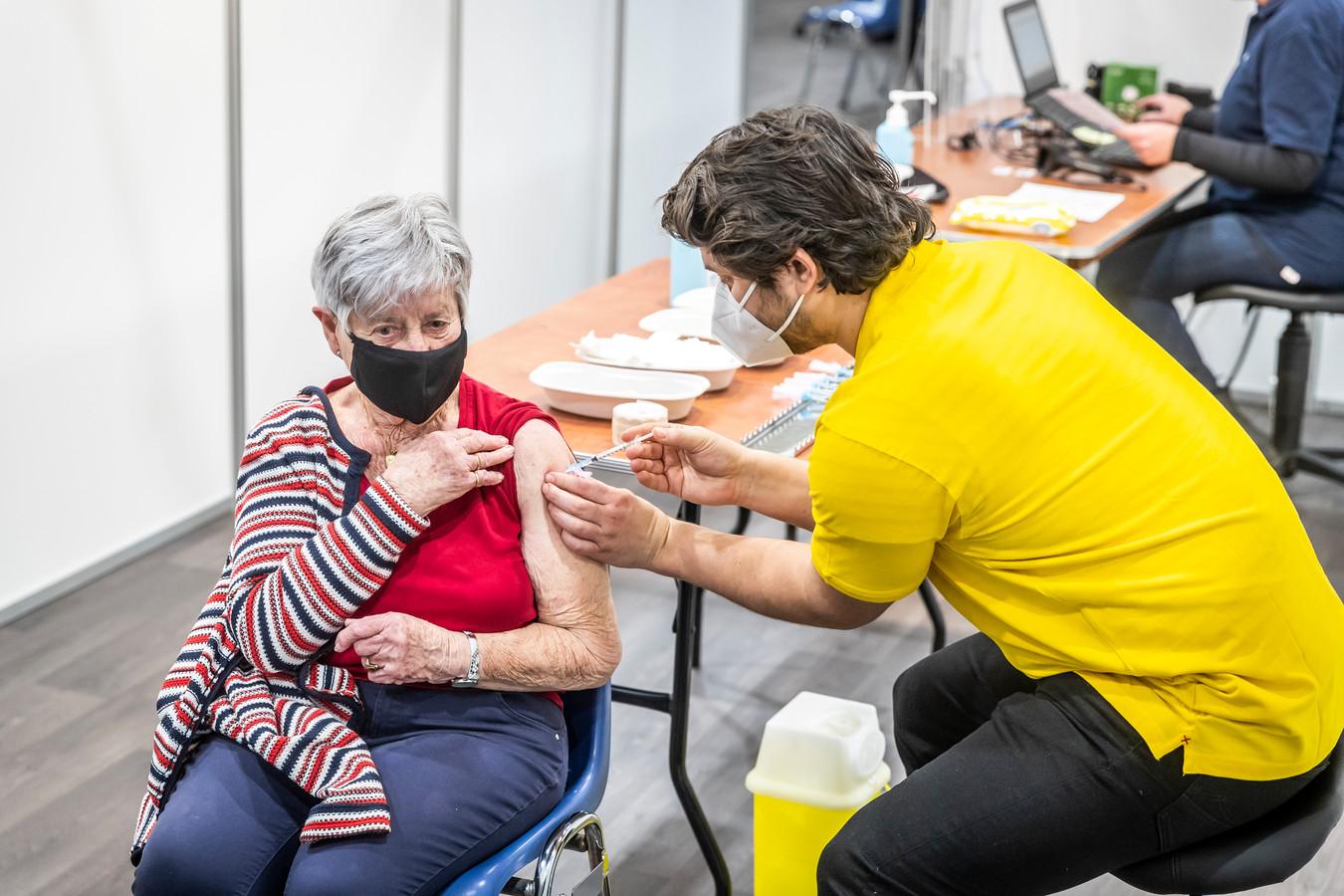 Helmond - Maandag 2 februari werd gestart met vaccineren in sporthal de Braak in Helmond.