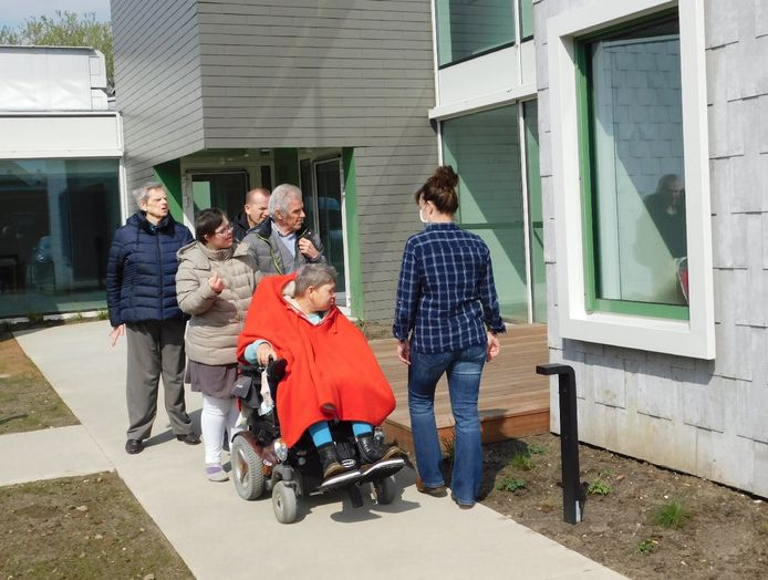 Marleen Kennis (in het rood) keurt haar nieuw terras.