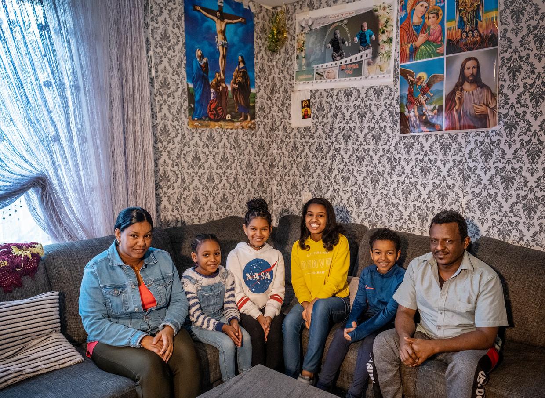 Vlnr: moeder Ainom, Myrian, Senait, Delina, Naeb en vader Mahari.