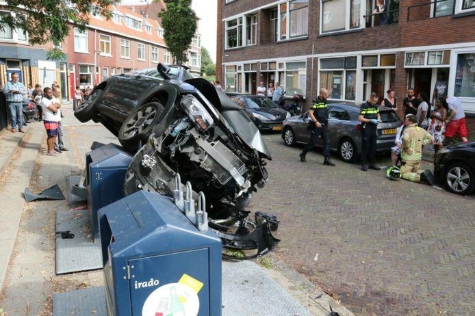 De auto belandde op een container.