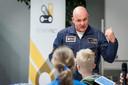 Astronaut André Kuipers vertelt jongeren en studenten in Enschede over de ruimte.