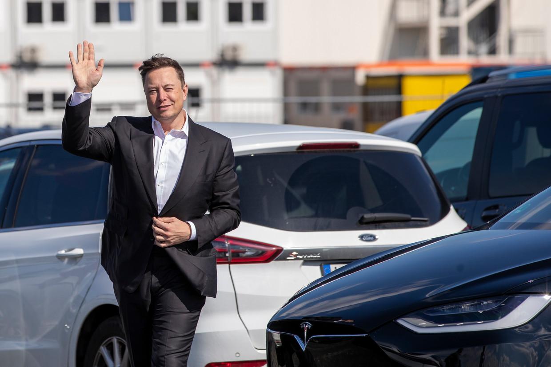 Bestuursvoorzitter Elon Musk van Tesla bij een fabriek in aanbouw nabij Berlijn. Niet een autofabriek, maar een waar in de toekomst mogelijk coronavaccins gemaakt zullen worden met partner CureVac. Beeld Getty