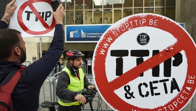 Activisten protesteren tegen de onderhandelingen over het TTIP. Beeld AFP