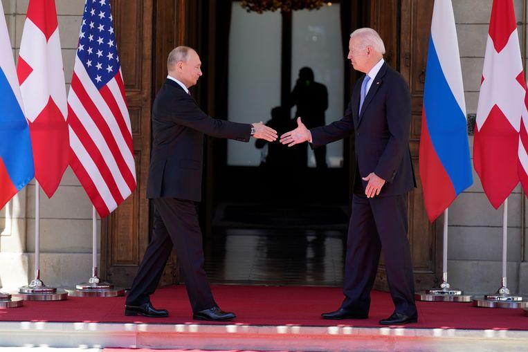 De presidenten Vladimir Poetin (Rusland) en Joe Biden (VS) bij hun aankomst woensdag in Villa La Grange in Genève voor hun topontmoeting.  Beeld AP
