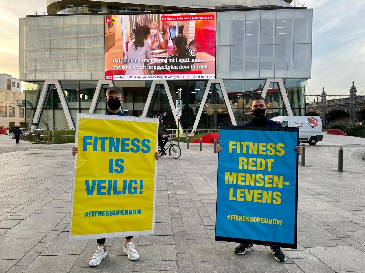 Actievoerders aan het DPG Media-gebouw aan Antwerpen-Centraal.