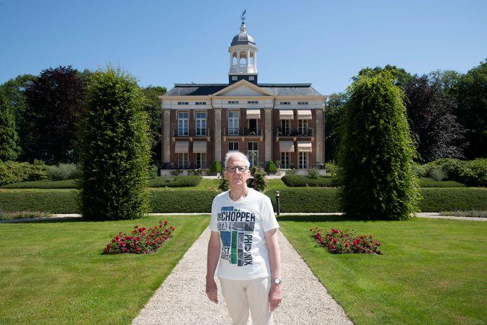 Gerard Leonards in de binnentuin met de villa op de achtergrond.