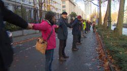 2.000 klimaatactivisten vormen menselijke ketting rond parlement in Brussel