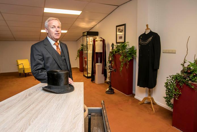 Peter Feldkamp in het uitvaartmuseum, dat gisteren geopend is.