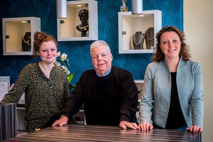 Marleen Peters (rechts) met haar vader en zusje die eveneens in de juwelierszaak werken.