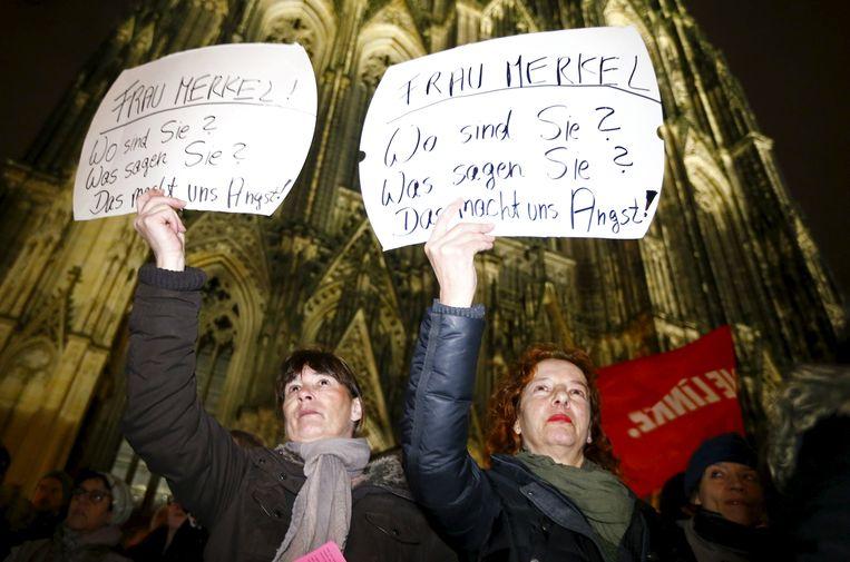 Vrouwen protesteren tegen de aanrandingen voor de Dom in Keulen. Beeld REUTERS