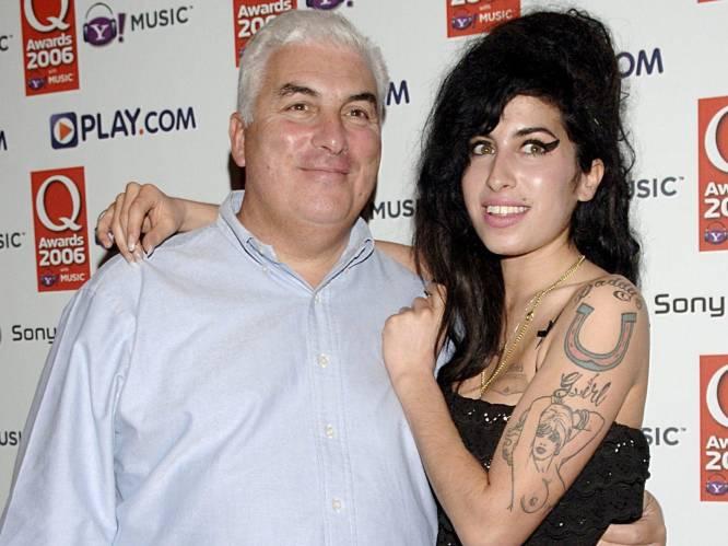 """""""Ik vond niet dat ze naar rehab moest"""": hoe Mitch Winehouse tien jaar na de dood van Amy nog steeds miljoenen opstrijkt"""