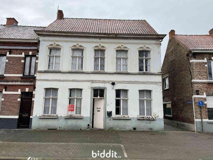 Het oude herenhuis in de Voorstraat in Kaprijke staat te koop.