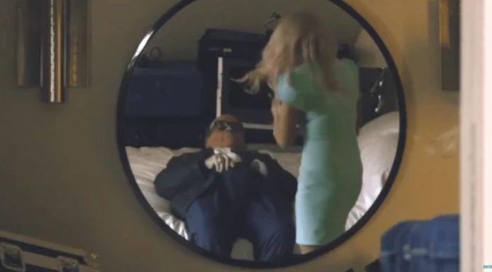 L'ancien maire de New York a été filmé la main dans le pantalon, alors que l'actrice retirait son micro.