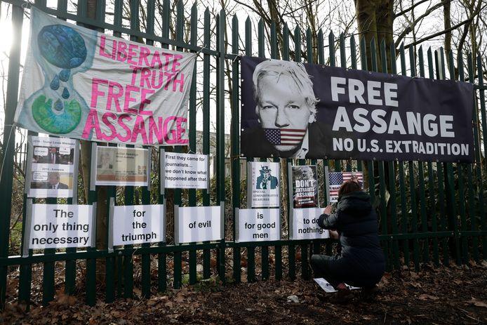 Een aanhanger van Julian Assange pleit voor zijn vrijlating in Londen.