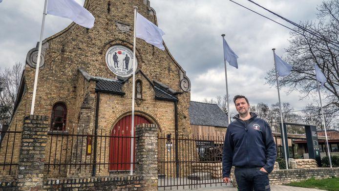 Ieper Niek Benoot van Hooge Crater Museum verving de landsvlaggen door witte vlaggen en eert daarmee de mensen in de 'frontlijn'.