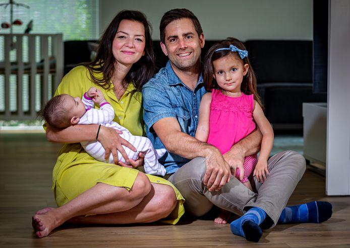 Ouders Emine Kara en Bram Verbrugge met hun dochters Lana (l) en Sara.