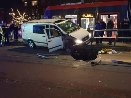 Automobilist botst op tramhalte Goeverneurlaan