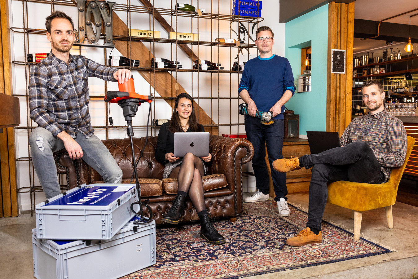Groepsfoto van de ondernemers van gereedschapsverhuur bedrijf HeyHo, werkend vanuit restaurant Roots in Hilvarenbeek, met vlnr: Sander Hoogers, Femke Bertens, Bram Mutsaers en Chris Traxel.