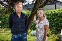 Broer en zus Jasper en Femke van Eck uit Breda. Hun moeder, een ex-kankerpatiënte, overleed in de nacht na haar coronavaccinatie.
