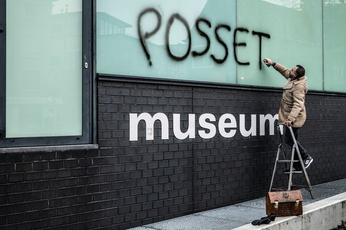 Ralph Posset zet zijn handtekening op Museum Het Valkhof.