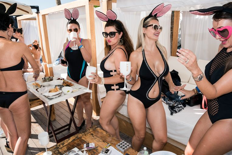 2016. Zaterdagmiddagbrunch in strandclub Blue Marlin Ibiza. Beeld Nick Hannes